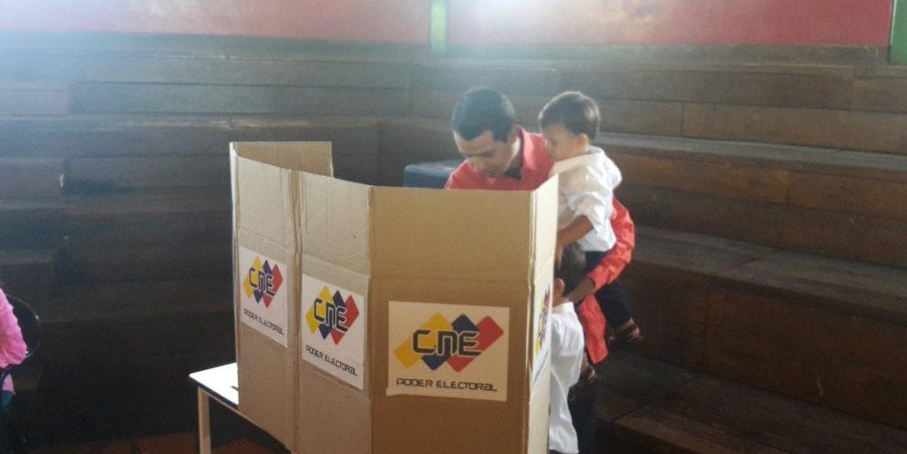 Candidato de Iribarren Luis Jonás ejerce su derecho al voto