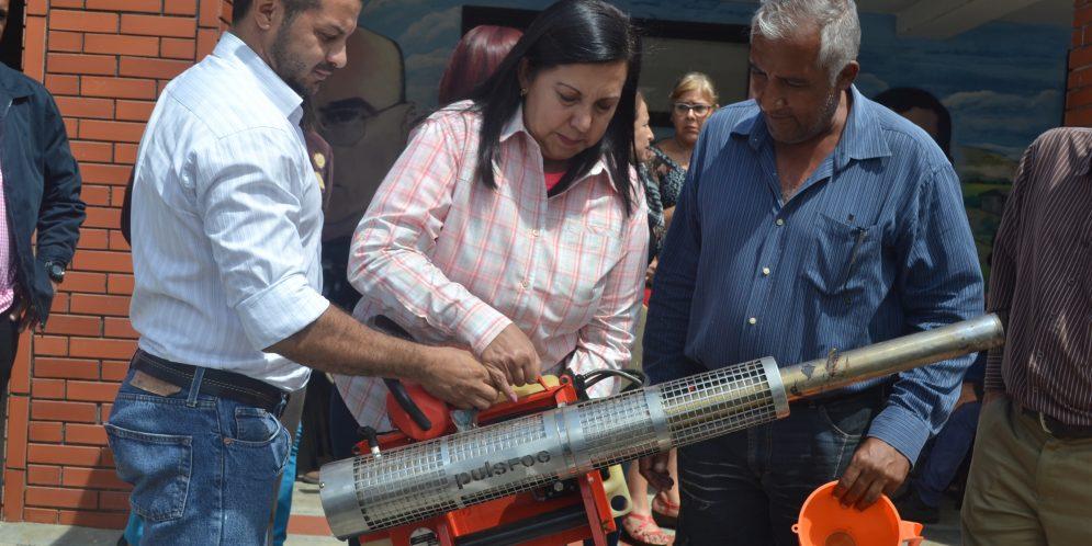Gobernación entregó equipos de fumigación en comunidades