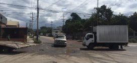 Huecos impiden normal tránsito en la Avenida Carlos Giffoni con Industrias