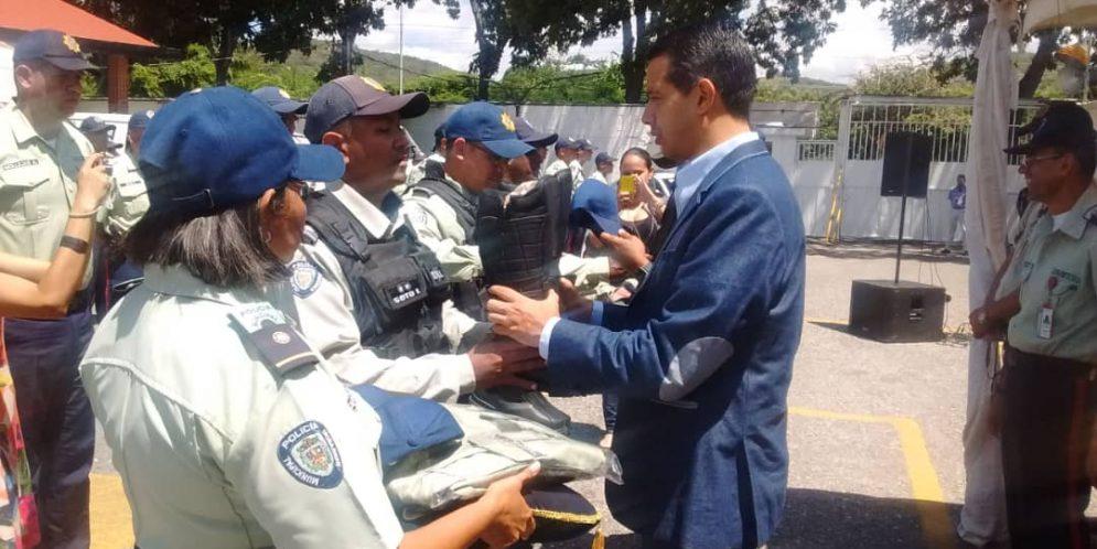 En Iribarren: Alcalde Luis Jonás Reyes hizo entrega de 275 uniformes a la PMI