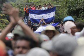 Caravana de migrantes hondureños que huyen de la miseria se dirige a EEUU