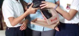 Estudiantes de la escuela Críspulo Benítez Fortuber reciben calzados escolares a un precio justo